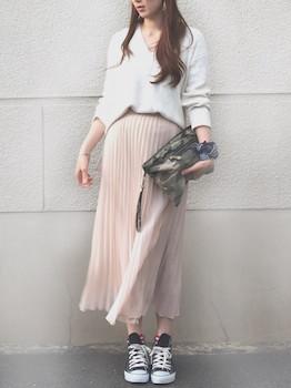 1ピンクのプリーツスカート×Vネック×スニーカー