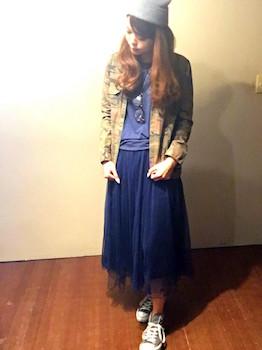 1ネイビーのプリーツスカート×カラーTシャツ×カモフラジャケット