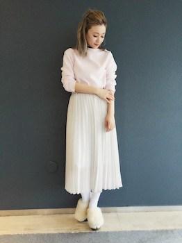 2白のプリーツスカート×ボートネックトップス