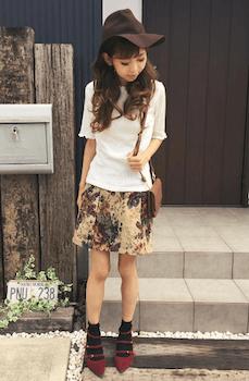 ゴブラン織のスカート×白ニット×ハット