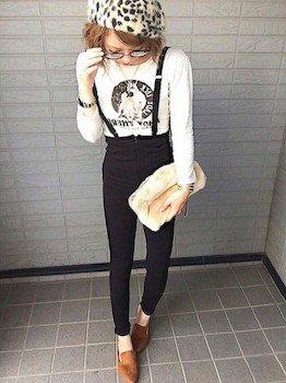 スリッパサンダル×プリント長袖Tシャツ×黒パンツ