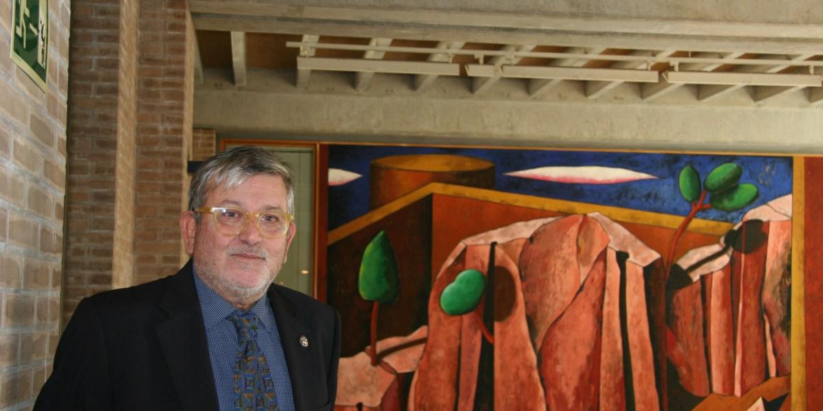 Narcís Comadira i el mural que va pintar l'any 1993 a Lletres