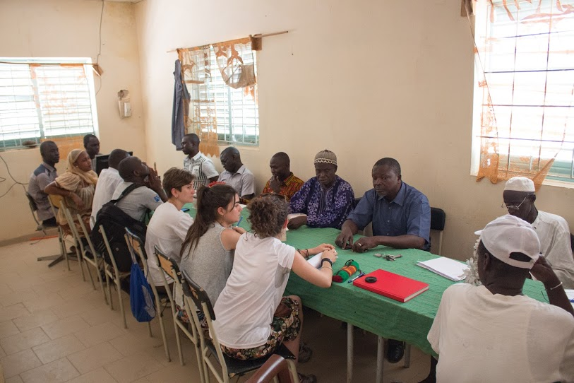 Marta Bordas i Georgina Aguilar en una aula al Senegal