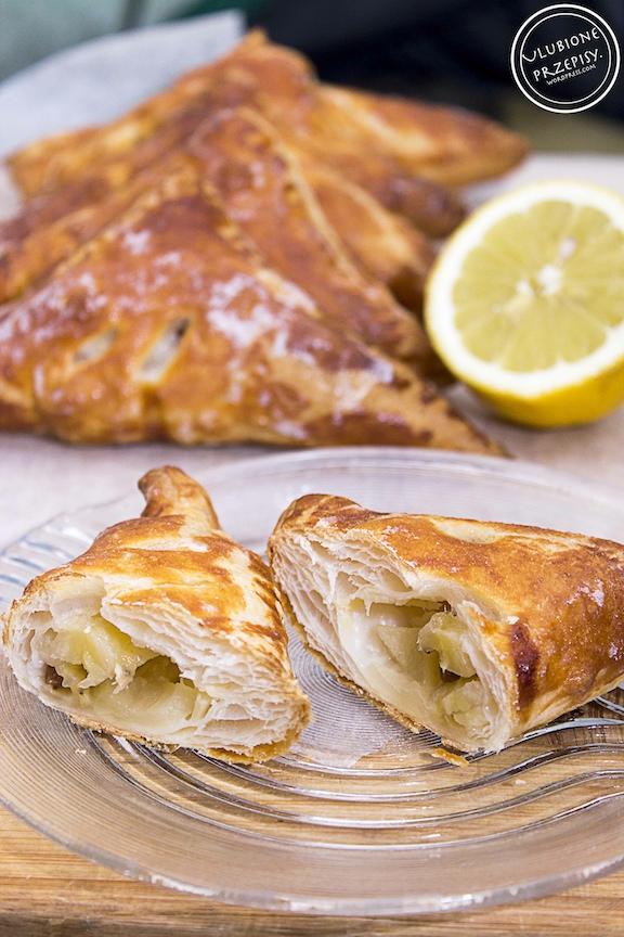 Rożki z ciasta francuskiego z jabłkami i bananami