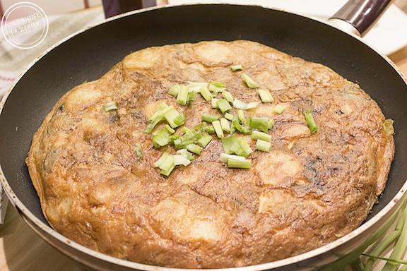 Tortilla hiszpańska z wędzonym boczkiem i pieczarkami