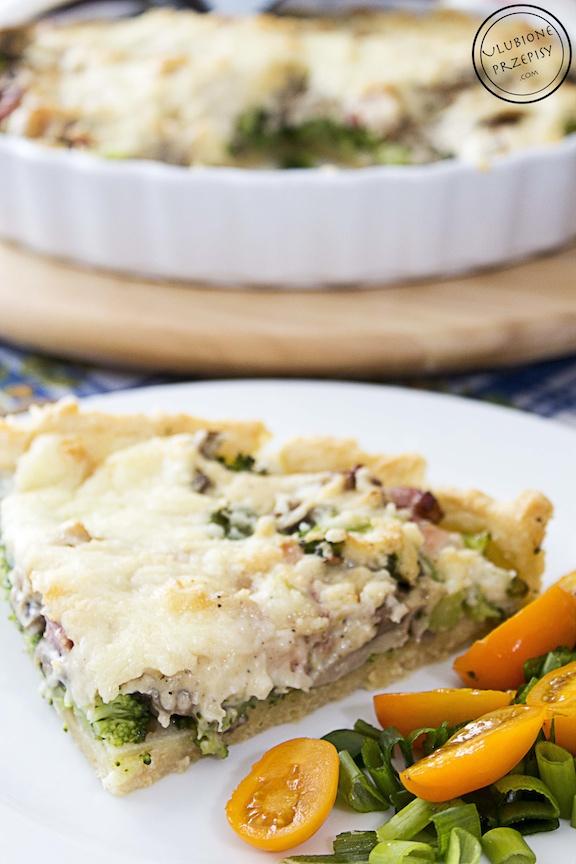 Tarta z brokułami i wędzonym boczkiem pod beszamelem