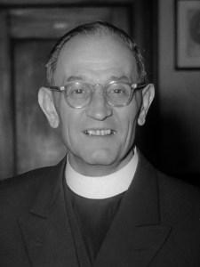 Ds. Martin Niemöller neemt deel aan oecumenische samenkomst in de Grote Kert te Den Haag. Vlnr [Vrnl in spiegelbeeld!] . Ds M.N. W. Smitvoors (van de Haagse Oecumenische Raad), ds. Niemöller en prof. P. Kaetske, predikant van de Duitse Evangelische gemeente in Den Haag *27 mei 1952