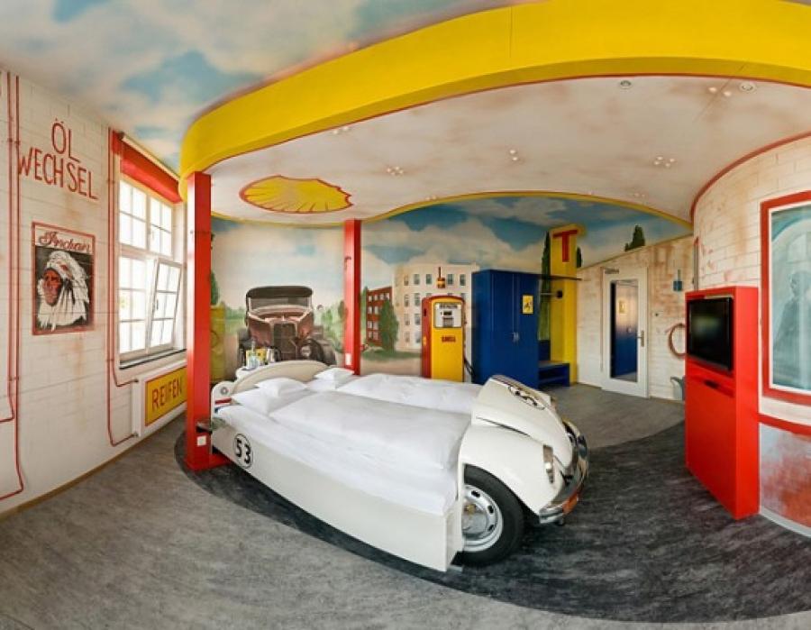昔のガソリンスタンドのような寝室に車のベッドがインパクト大