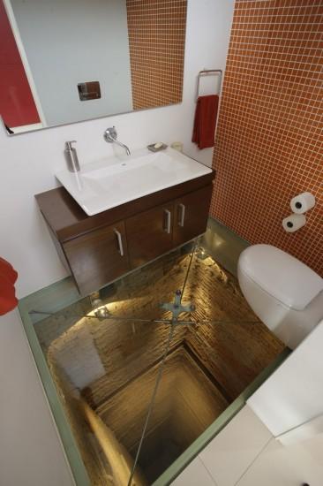 怖すぎる!床のない命がけのトイレ