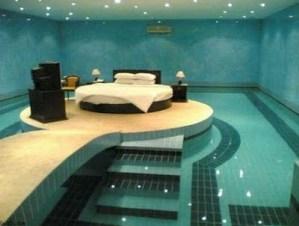え!?あっ。うん。プールだね。。。の寝室