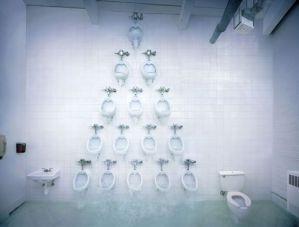 これぞ現代美術!トイレのピラミッド