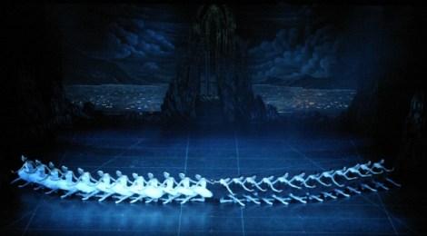 「白鳥の湖」、魅惑的な踊りのフォームに陶酔してみようか