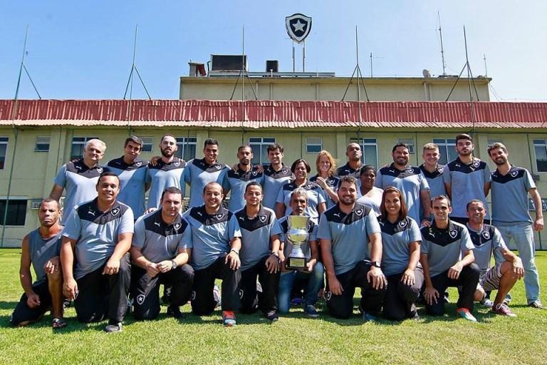 Funcionários do Botafogo de Futebol e Regatas comemorando a conquista do Carioca. Crédito: Arquivo Pessoal