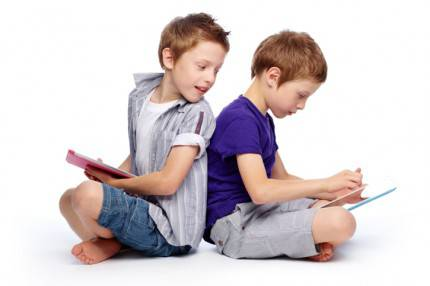 fratelli con tablet