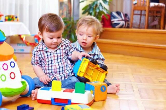 Due bambini giocano con le costruzioni