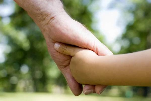 Nonno e nipote si danno la mano