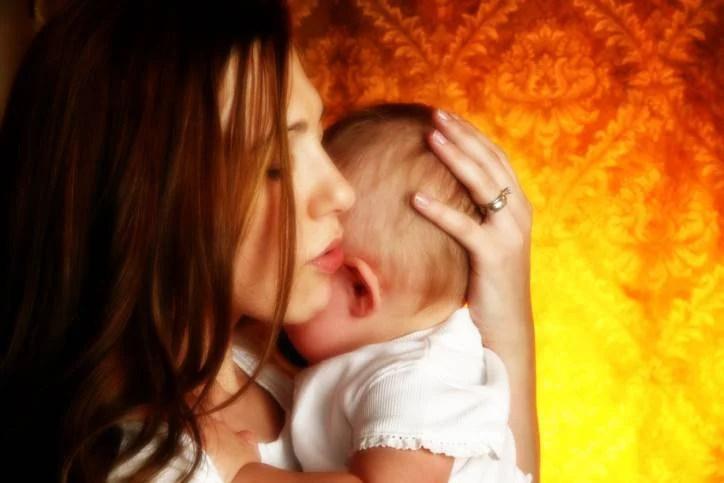 madre sussurra al neonato