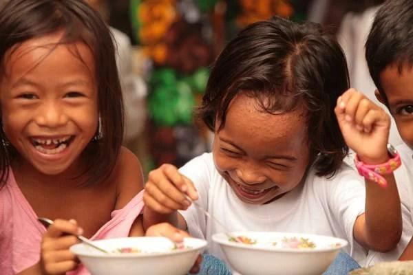 bambini mangiano riso
