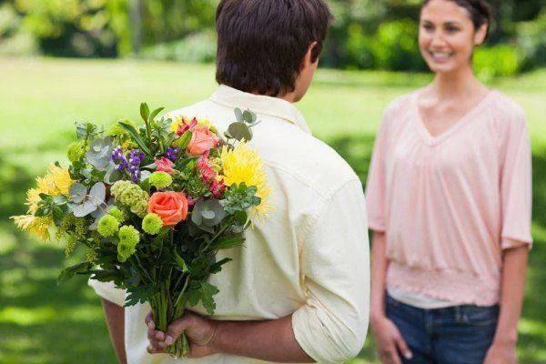 umo con fiori e donna