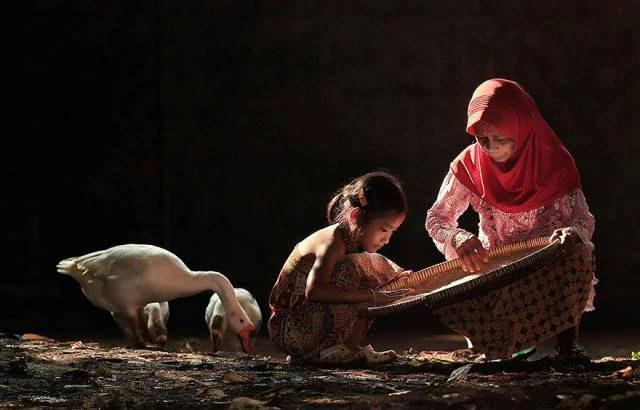 bimba aiuta mamma in indonesia