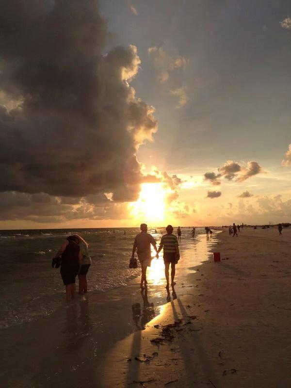 coppia passeggia al tramonto