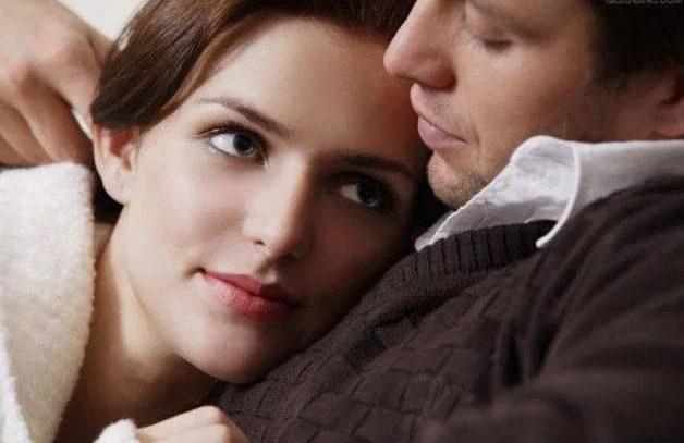 donna tra le braccia uomo