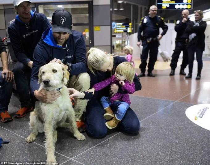 famiglia accoglie cagnolino
