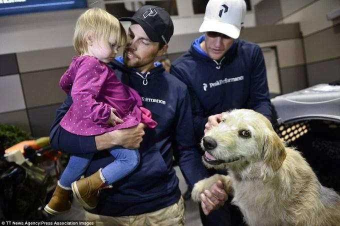 famiglia con cane randagio