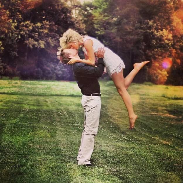 coppia si bacia