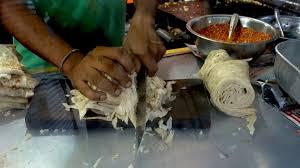 Préparation du kottu (crêpes taillées en petits morceaux) (Photo @authenticworldfood)