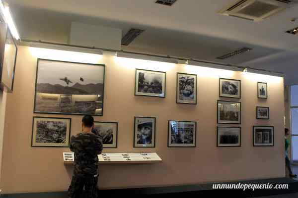Vestido de militar en un museo de guerra