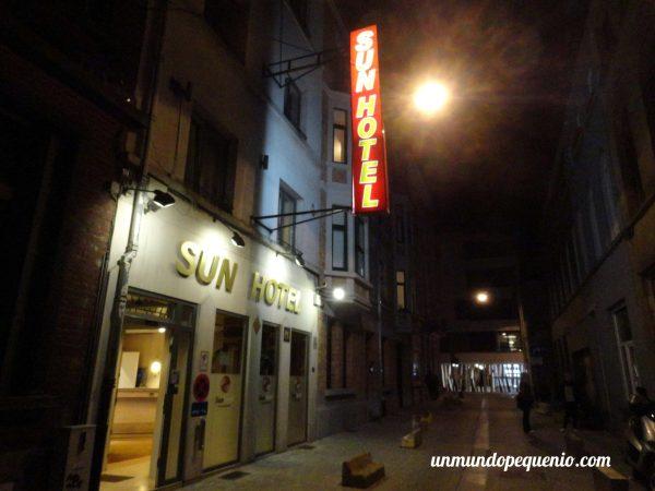 Frente del Sun Hotel Bruselas de noche