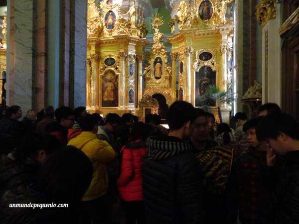 Chinos dentro de la Catedral de San Pedro y San Pablo