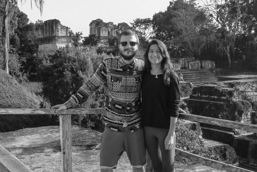 Veronika und Christoph vor Maya Behausungen, Tikal, Guatemala (c) Veronika C. Dräxler