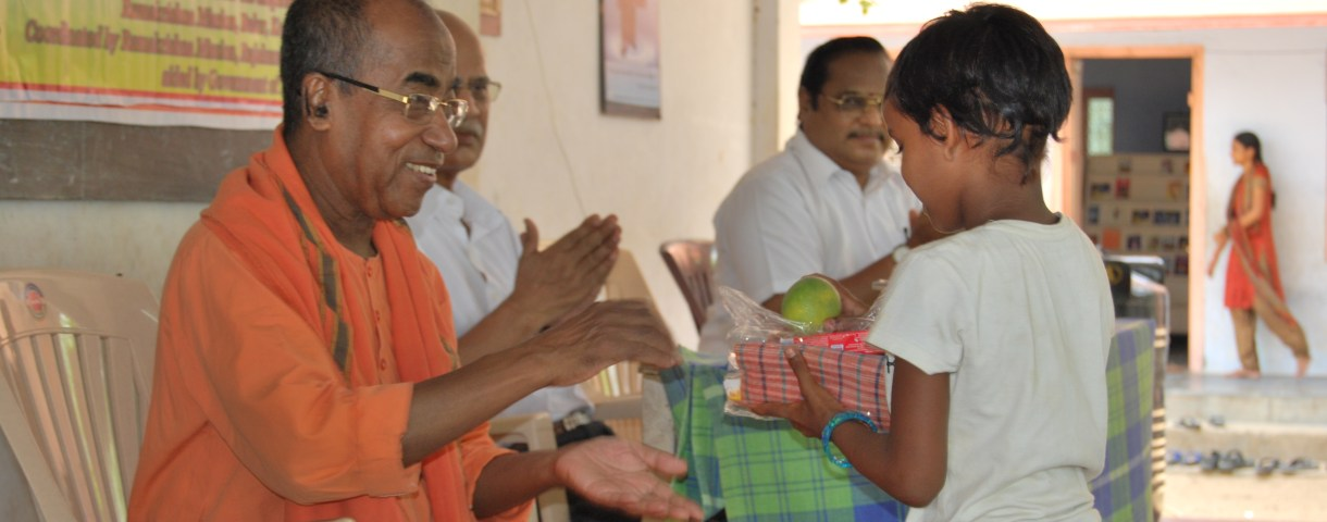Swami Aksharatmanandaji giving away supplies to children. Dr PSS Murthy, the president of our samithi, Dr TGK Murthy, eminent scientist of ISRO can also be seen.
