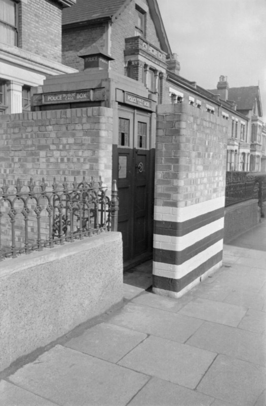http://i1.wp.com/upload.wikimedia.org/wikipedia/commons/1/13/Brick_blast_wall_built_to_protect_a_Police_Box_in_London%2C_1941._D2742.jpg?resize=525%2C800&ssl=1