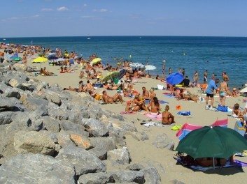 http://upload.wikimedia.org/wikipedia/commons/e/e3/Leucate_Plage_(Aude),_crowded_northern_beach.jpg