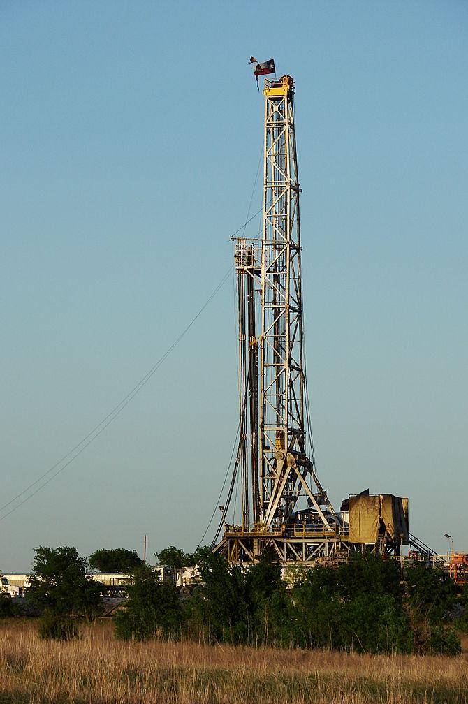 Texas Barnett Shale gas drilling rig near Alva...