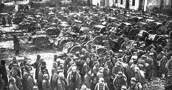 English: Russian prisoners and guns captured a...