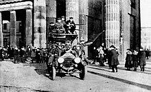 Soldados revolucionarios ondeando la bandera roja frente a la Puerta de Brandenburgo en Berlín el 9 de noviembre de 1918 durante la Revolución de noviembre.