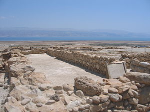 English: Qumran refectory (locus 77) Français ...
