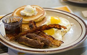 English: Pancakes, eggs, sausage, and bacon.