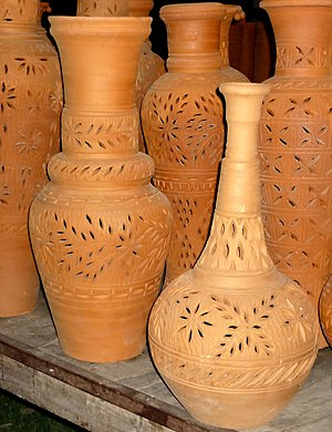 English: differnts shapes of clay pots.