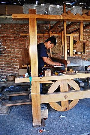 English: Man weaving a rug in Teotitlan del Va...