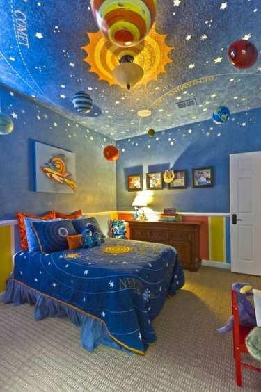 quarto de criança decoração astronautas e espaço