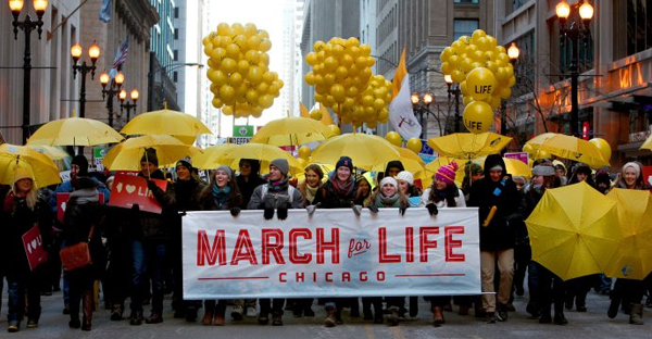 Young people carry a banner as thousands of participants brave sub-zero wind-chill temperatures during Chicago's March for Life at Federal Plaza Jan. 17, 2016. (CNS photo/Karen Callaway, Catholic New World)