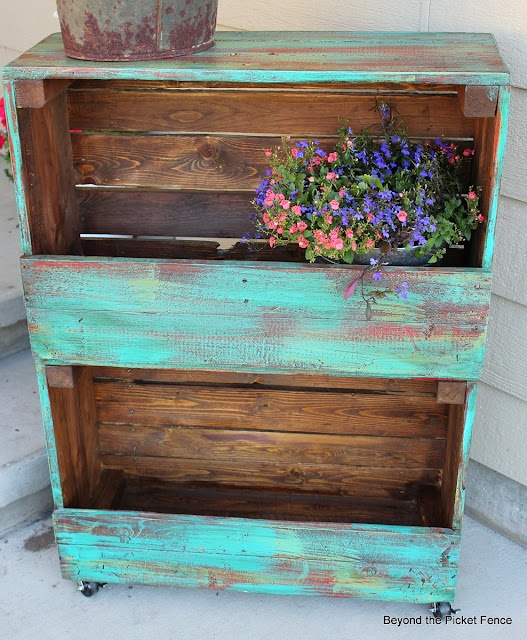 29 ways to be sustainable by decorating with wooden crates for Painted crate ideas