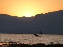 Pêcheur du lac Inle au coucher du soleil
