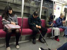 Activité principale du métro (devant le tapotage de smartphone) : dormir