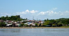 Un village le long du fleuve